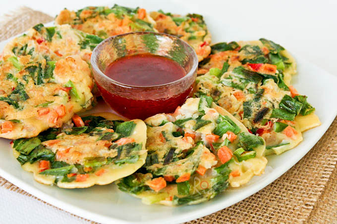 Soft garlicky Chinese Savory Pancakes with Chinese chives, carrots, and shrimps for an afternoon snack or as a tasty side dish. | RotiNRice.com