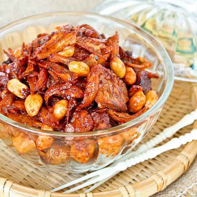 This Spicy Anchovies, Peanuts, and Tempeh is a condiment in a sweet, spicy, and sticky coating. It is wonderful served with rice and curry. | RotiNRice.com