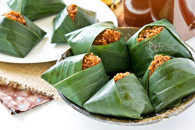 Pulut Inti is a traditional Malaysian dessert of steamed glutinous rice with a sweet coconut topping. They are usually wrapped in banana leaves. | RotiNRice.com