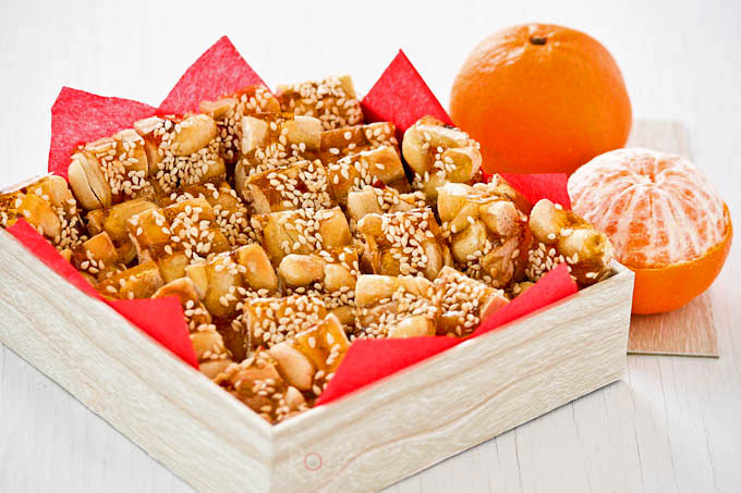 Homemade Fah Sung Thong (Peanut and Sesame Brittle) lightly spiced with chili flakes and five-spice powder. They are fresh, light, and crunchy. | RotiNRice.com