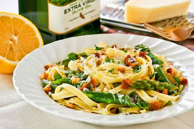 Fresh and zesty Asparagus and Breadcrumbs Fettuccine tossed with tender asparagus and crispy flavored breadcrumbs. Very tasty and spring-like. | RotiNRice.com
