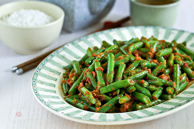 Crunchy green beans and flavorful spice paste makes this Green Beans Belacan Stir Fry a tasty side dish. Best eaten with lots of rice. | RotiNRice.com
