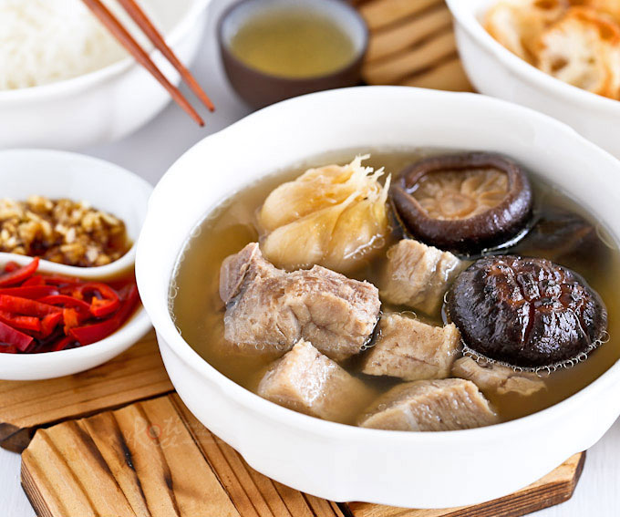 Singapore Teochew Bak Kut Teh is a version of pork ribs tea with a clear garlicky and peppery broth. Only a few ingredients and very easy to prepare. | RotiNRice.com